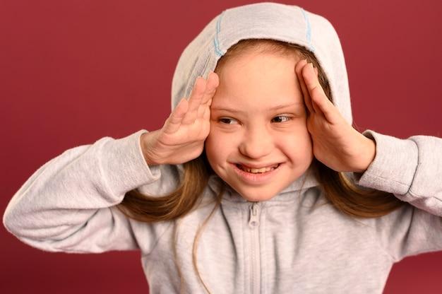 Porträt des niedlichen jungen mädchens mit kapuzenpulli