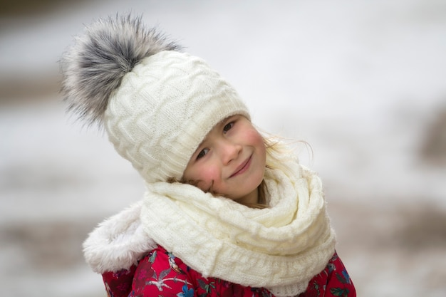 Porträt des niedlichen kleinen jungen mädchens in der winterkleidung