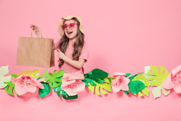 Porträt des niedlichen kleinen mädchens mit einkaufstasche