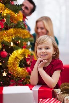 Porträt des niedlichen kleinen mädchens während der weihnachten