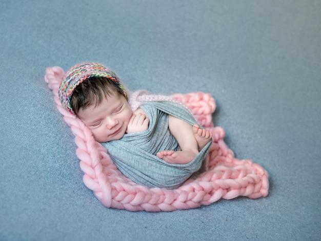 Porträt des niedlichen lächelnden babys