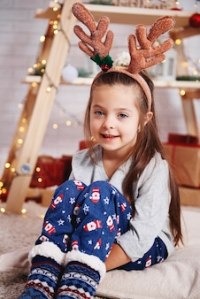 Porträt des niedlichen mädchens am weihnachtsmorgen