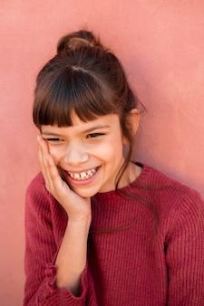 Porträt des niedlichen mädchens lächelnd