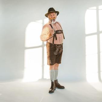 Porträt des oktoberfestmannes, der die traditionelle bayerische kleidung trägt wearing