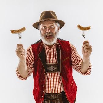 Porträt des oktoberfestmannes, der die traditionelle bayerische kleidung trägt