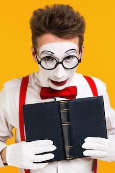 Porträt des pantomimemannkünstlers mit buch