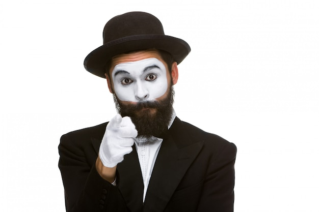 Porträt des pantomimen mit dem zeigen des fingers