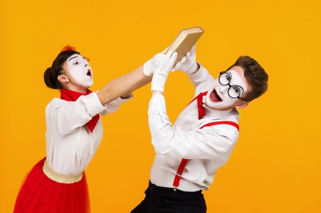 Porträt des pantomimenpaarkünstlers mit buch