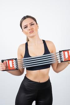 Porträt des passenden frauentrainings mit gymnastikwerkzeug.
