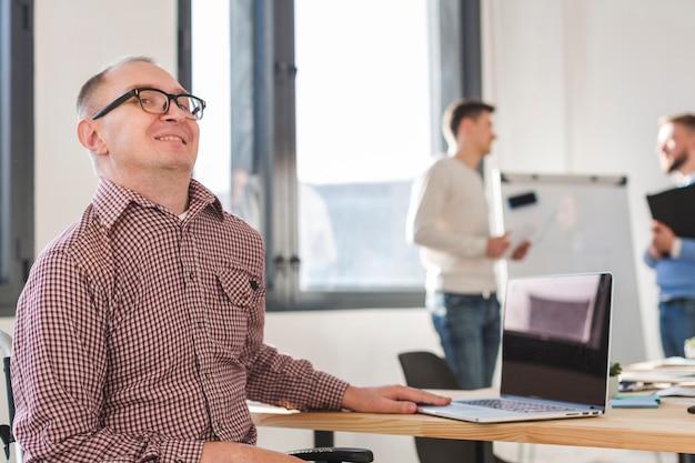 Porträt des positiven arbeiters im büro
