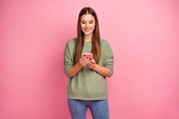 Porträt des positiven fröhlichen mädchens benutzen smartphone