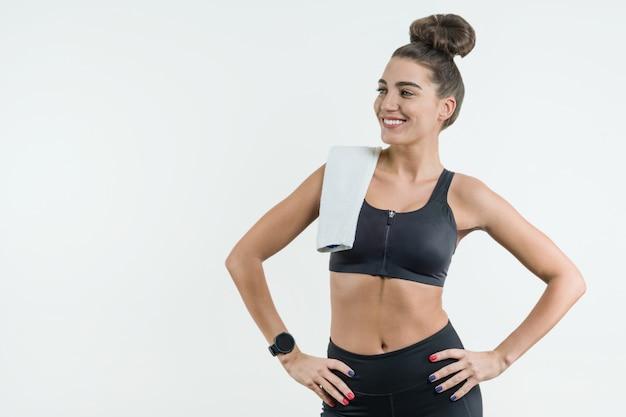 Porträt des positiven kaukasischen weiblichen athleten in der guten passform