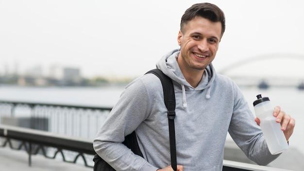 Porträt des positiven männlichen lächelns