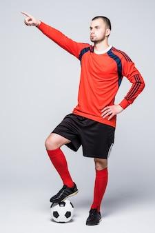 Porträt des professionellen fußballspielers im roten trikot