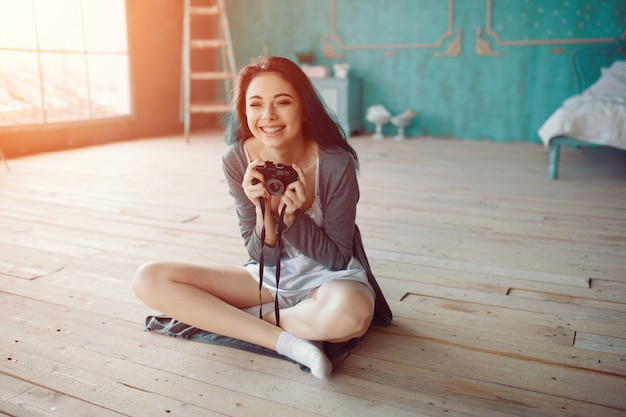 Porträt des recht jungen mädchens, das foto auf filmkamera macht