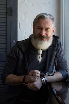 Porträt des reifen grauhaarigen mannes mit originalem bart
