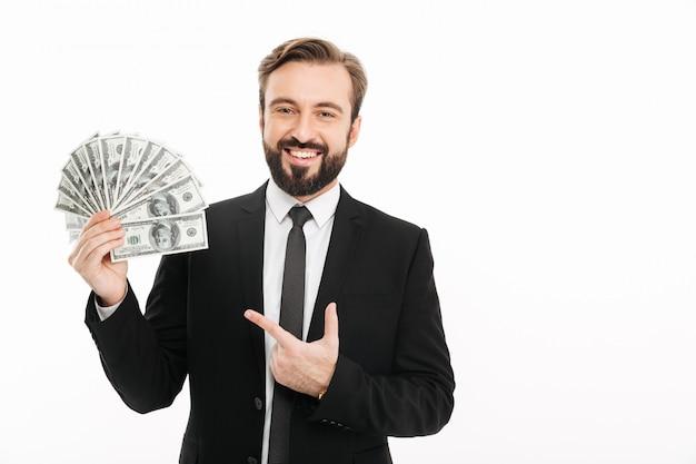 Porträt des reifen männlichen unternehmers, der geldfächer 100-dollar-scheine hält, lokalisiert über weißer wand