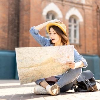 Porträt des reisenden überrascht von der lokalen karte