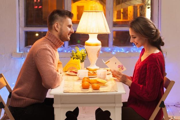 Porträt des romantischen paares am valentinstagessen