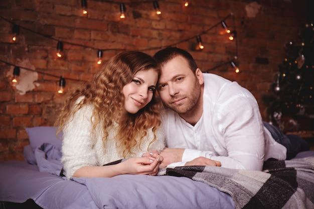 Porträt des romantischen paares im bett