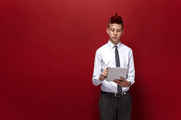 Porträt des rothaarigen jugendlich punks mit tablette