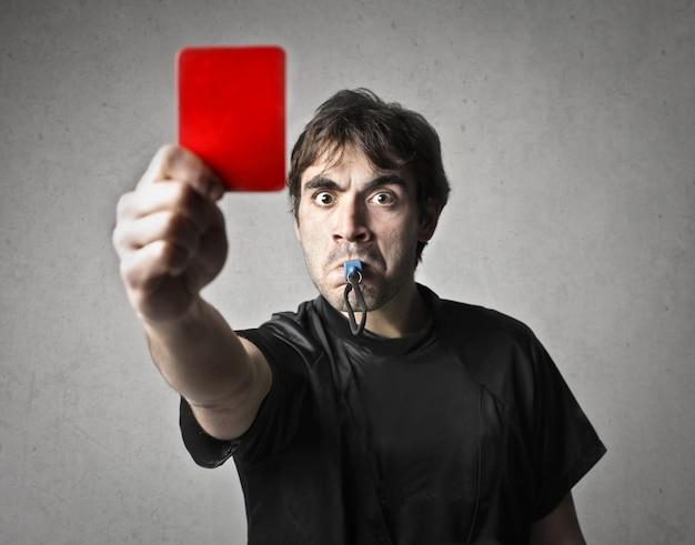 Porträt des schiedsrichters mit roter karte