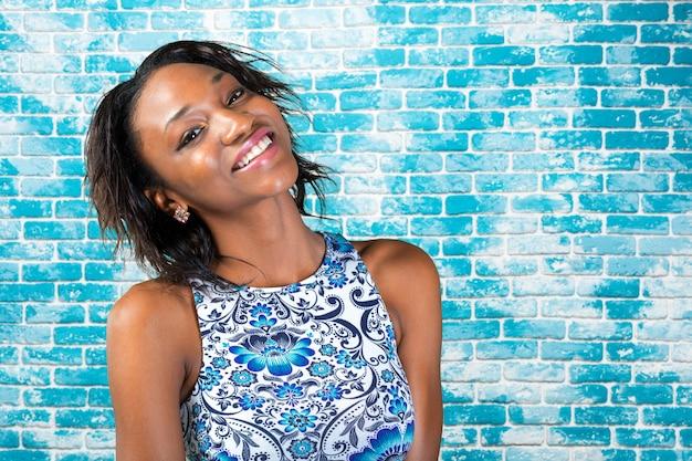 Porträt des schönen afroamerikanerfrauenlächelns