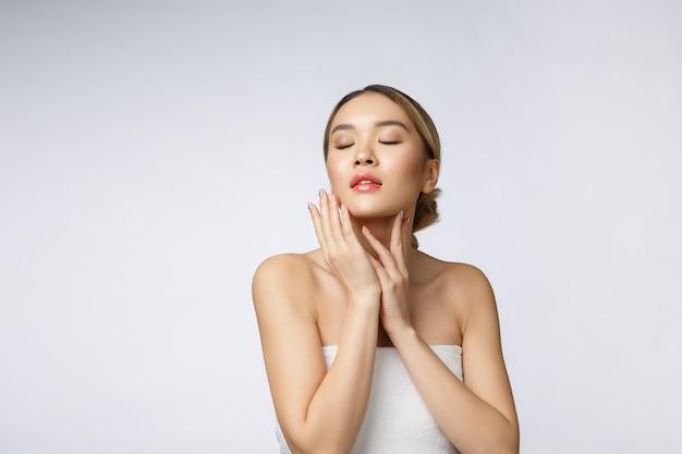 Porträt des schönen asiatischen frauenmake-up der kosmetik, mädchenhandnotenbacke