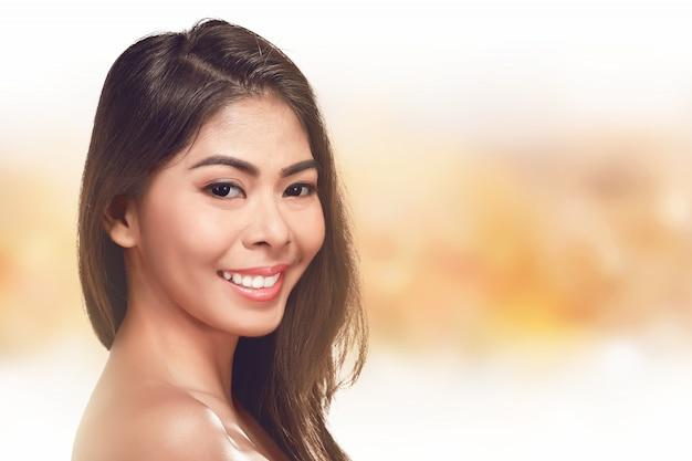 Porträt des schönen asiatischen frauenmodells mit neuem täglichem make-up