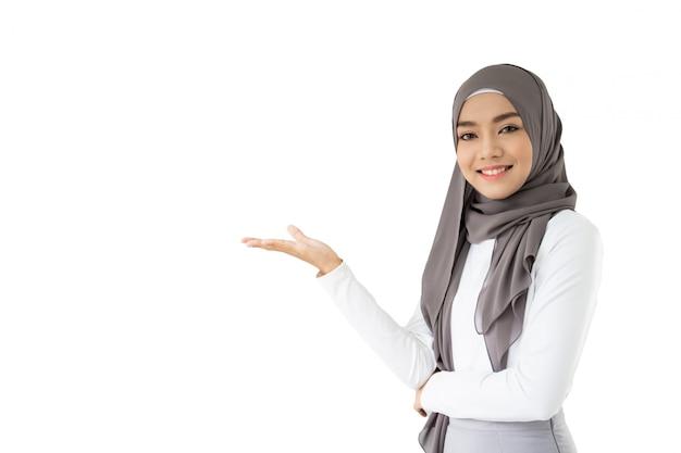 Porträt des schönen asiatischen moslemischen studenten, der ein buch und einen bleistift, moslemisches studentendenken hält.