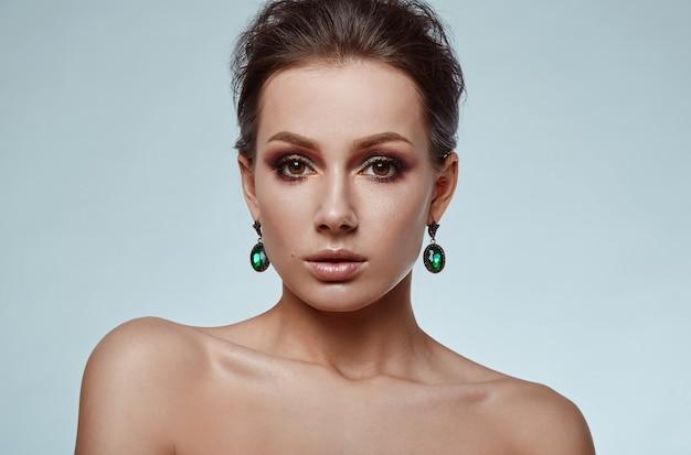 Porträt des schönen, bezaubernden, sinnlichen brunettemodells