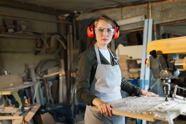 Porträt des schönen bohrmaschinenbedieners