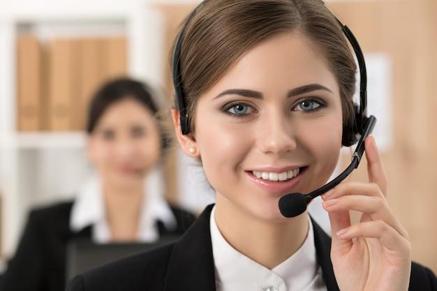 Porträt des schönen call-center-betreibers bei der arbeit