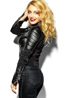 Porträt des schönen glücklichen niedlichen lächelnden blonden frau bösen mädchens in lässiger schwarzer hipster-kleidung mit roten lippen