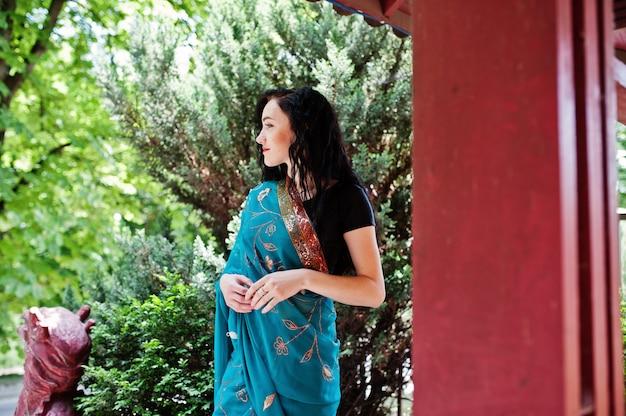 Porträt des schönen indischen brumette mädchen- oder hindischen frauenmodells gegen japanisches traditionelles haus.
