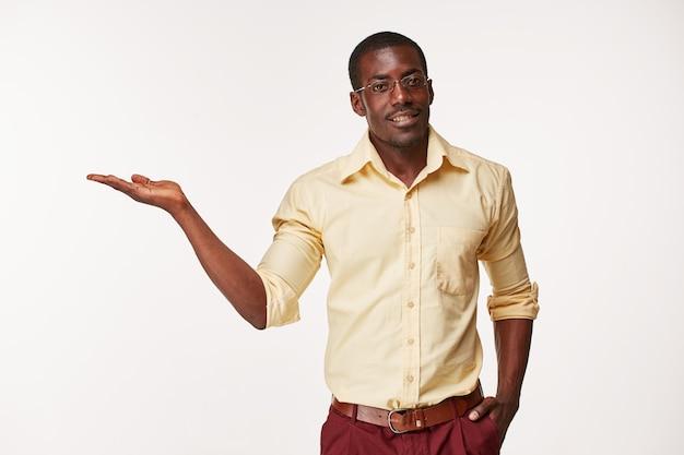 Porträt des schönen jungen lächelnden mannes des schwarzafrikaners