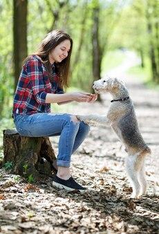 Porträt des schönen jungen mädchens mit ihren hunden