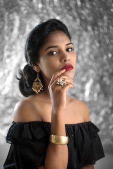 Porträt des schönen jungen mädchens. nahaufnahmegesicht eines hübschen indischen modells auf texturraum