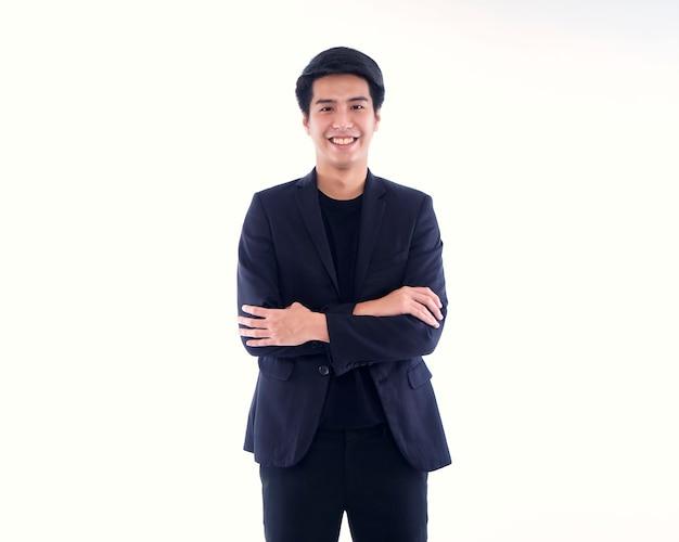 Porträt des schönen jungen mannes, der auf weißer wand lächelt