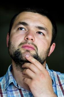 Porträt des schönen jungen mannes mit kurzem haarschnitt