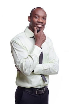 Porträt des schönen jungen schwarzafrikaner lächelnden mannes