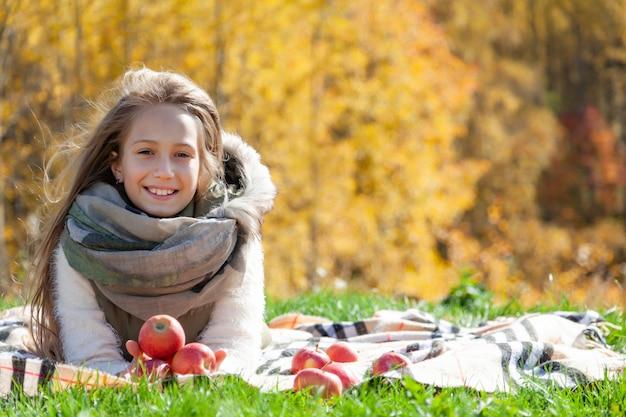 Porträt des schönen kleinen mädchens auf herbstpicknick