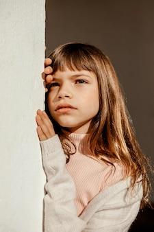 Porträt des schönen kleinen mädchens, das ernst ist