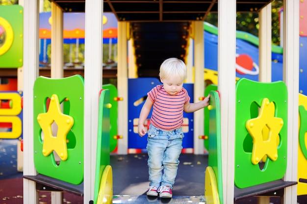 Porträt des schönen kleinkindjungen auf spielplatz