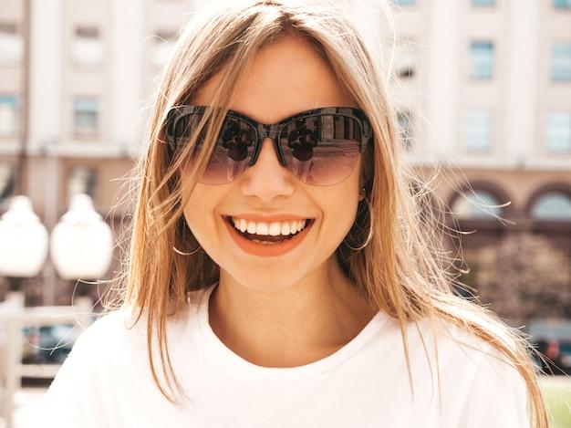 Porträt des schönen lächelnden blonden modells kleidete in der sommerhippie-kleidung an.