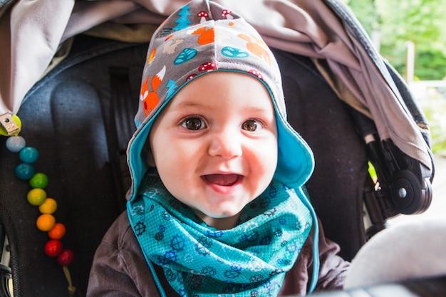 Porträt des schönen lächelnden netten babys