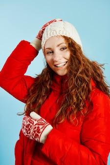Porträt des schönen mädchens, das warme kleidung trägt