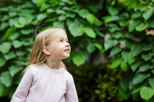 Porträt des schönen mädchens mit blühenden blumen