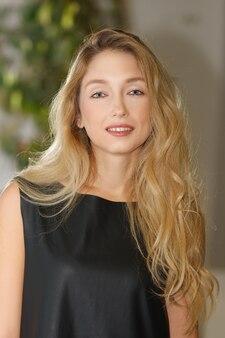 Porträt des schönen mädchens mit dem langen blonden haar und natürlichem make-up