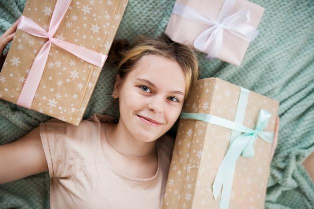 Porträt des schönen mädchens mit geschenken. blick von oben
